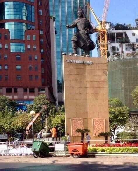 Image result for hình lư hương Tượng Đức Thánh Trần bị xe cần cẩu kéo đi